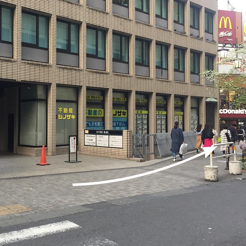 不動産屋さんを通り過ぎると、右の角にマクドナルドさんがあります。