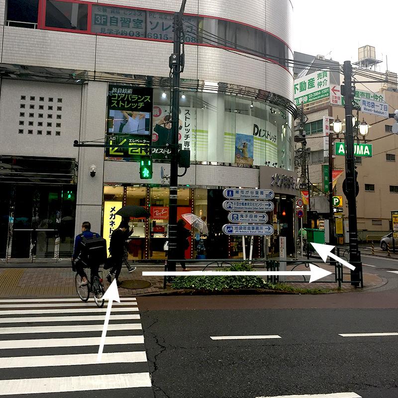 横断歩道渡ります。ジュンク堂さんの隣のビルの1階にメガネドラッグがあります。
