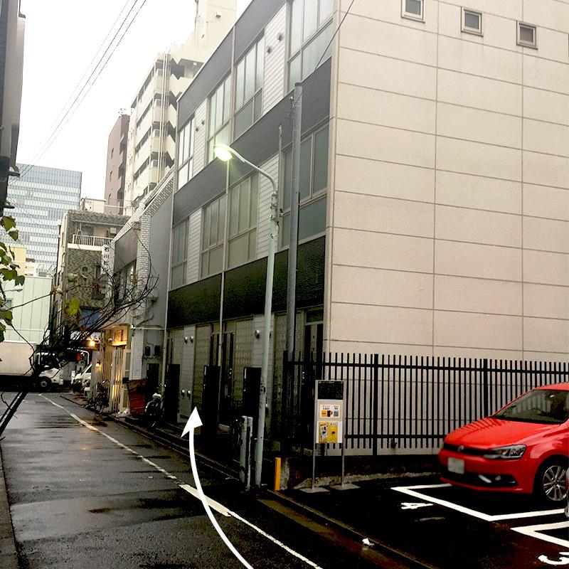 パーキングの隣に3階建てのプレハブみたいな建物があります。